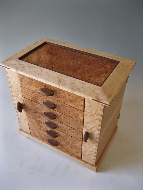 This wood jewelry box is made of birdseye maple and show the beautiful patterns of maple burl.